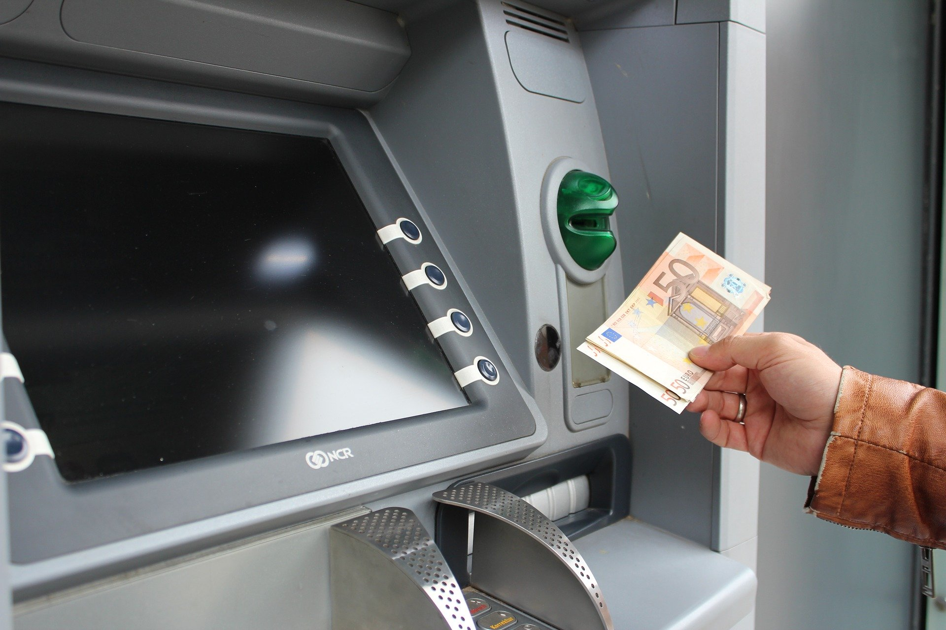 PIN ausgespäht, Karte gestohlen und Geld abgehoben