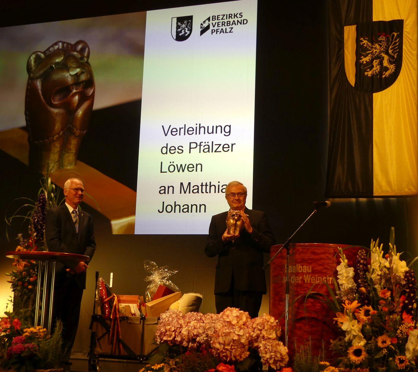 Bezirksverband Pfalz: Leitender Verwaltungsdirektor mit Pfälzer Löwen geehrt