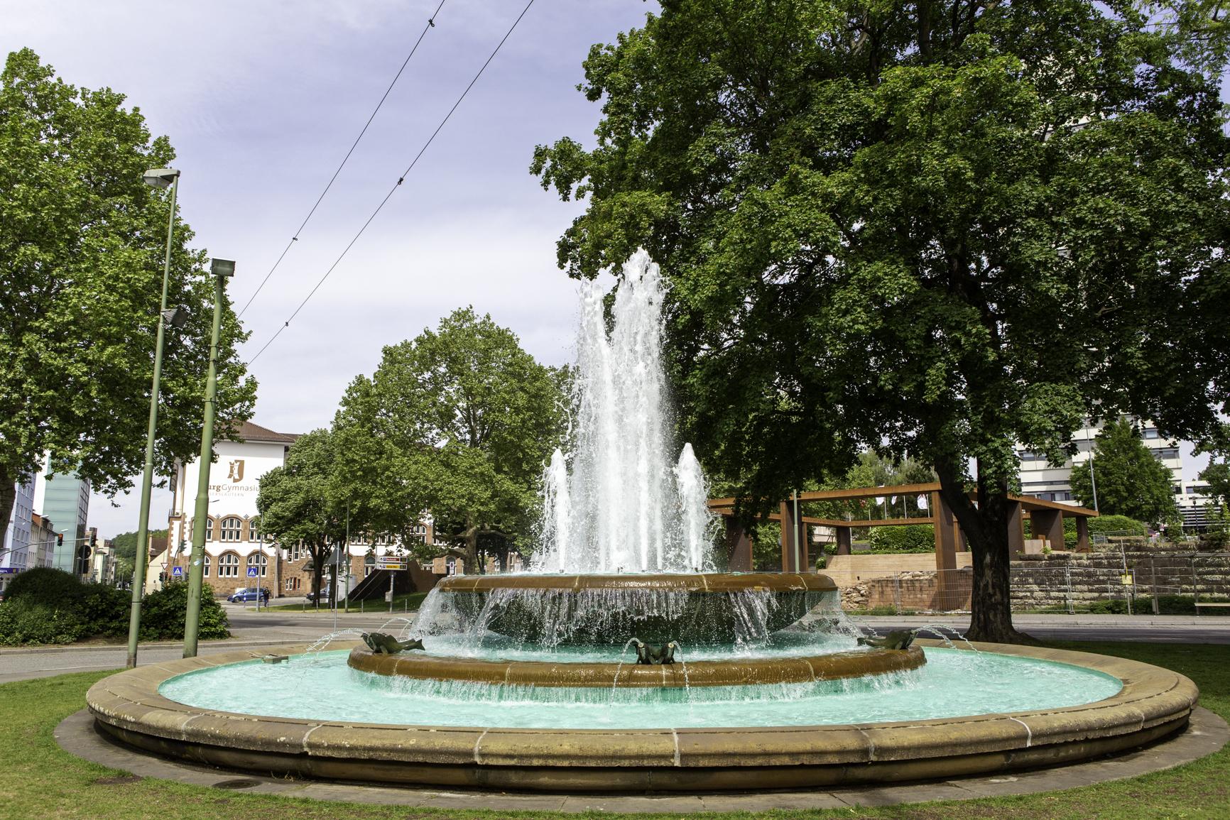 Mann duscht im Fackelbrunnen