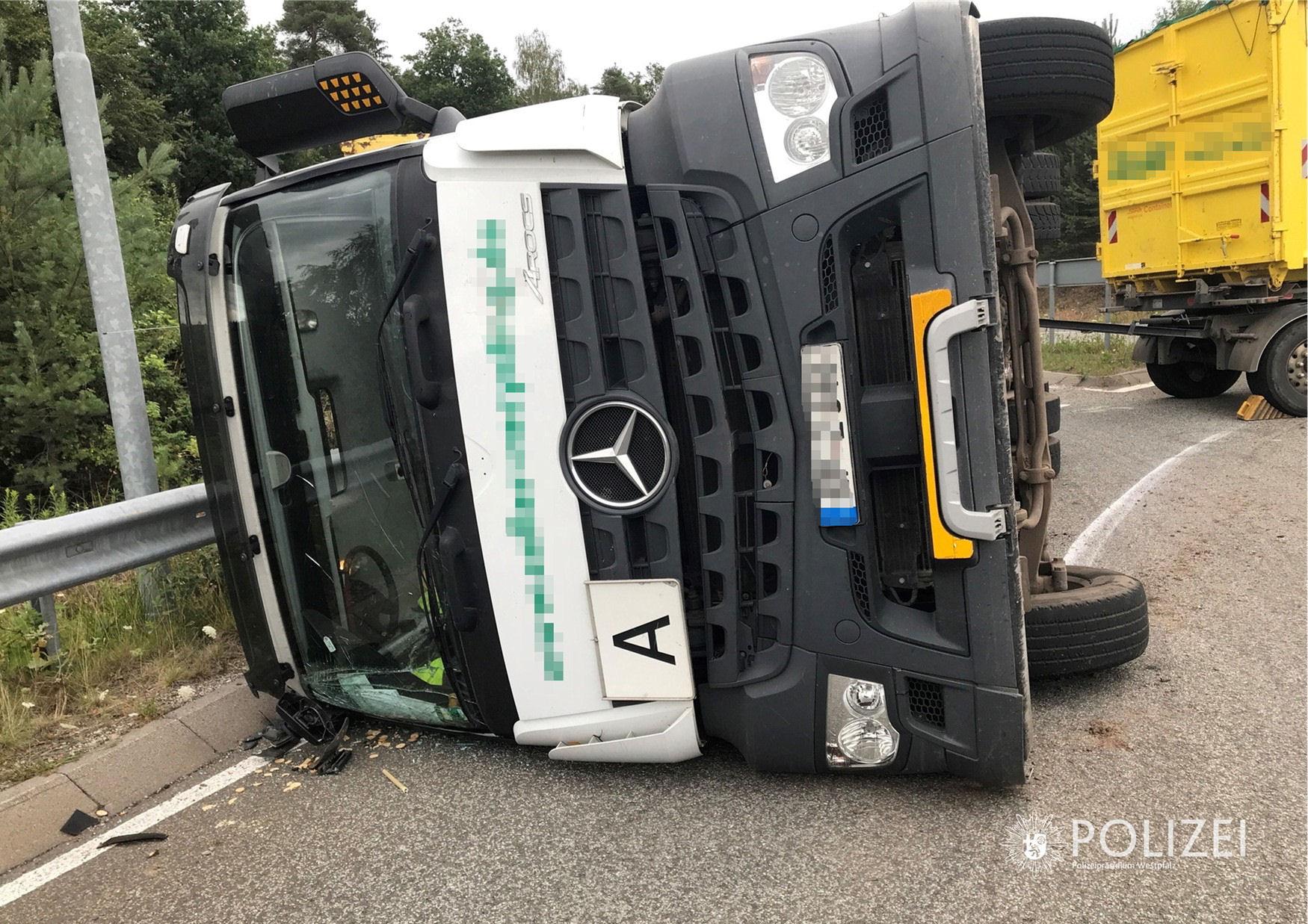 Lkw kippt im Kreisel um – Autobahnanbindung blockiert