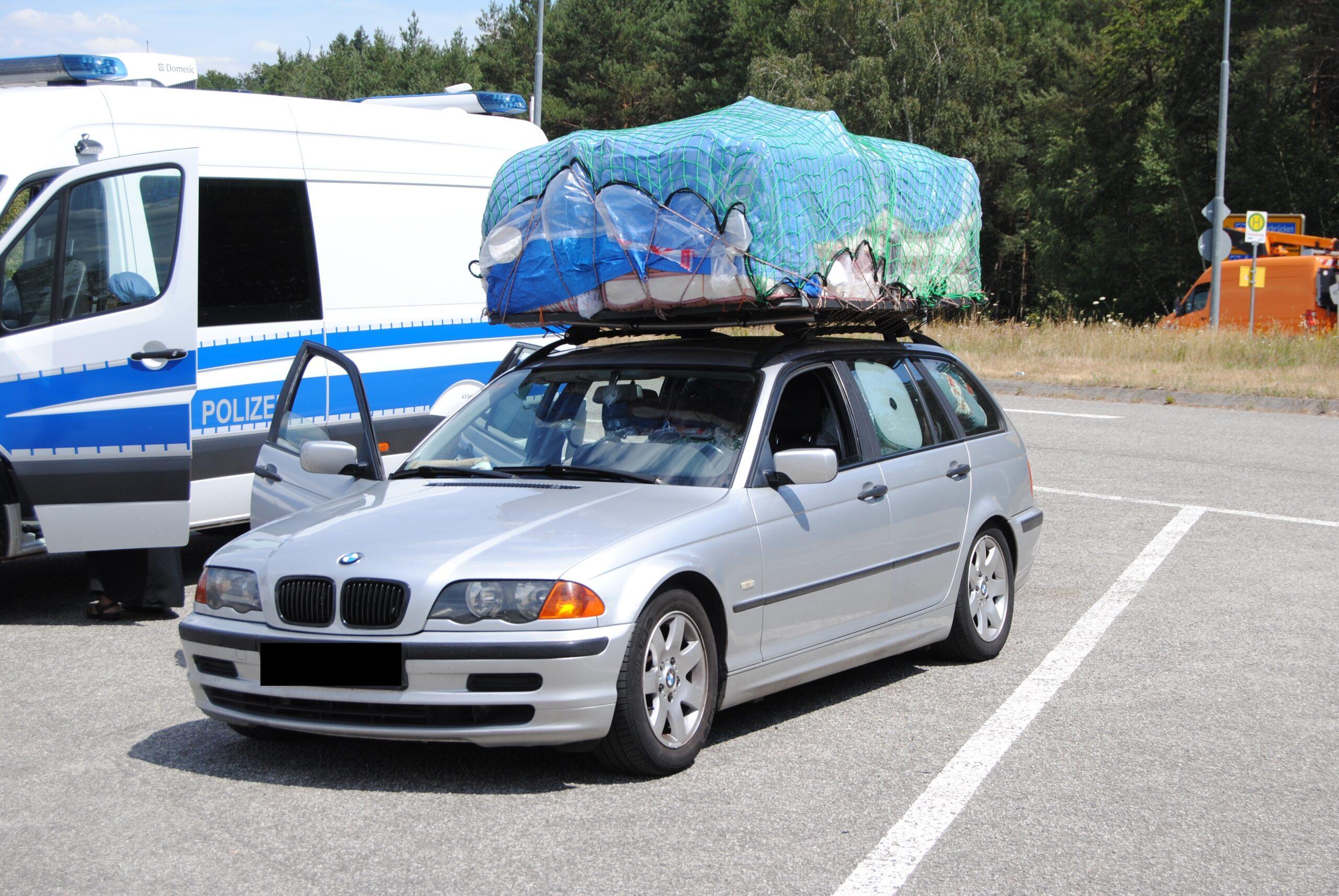 Gesamter Hausstand auf Autodach transportiert