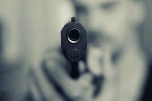 Passanten mit Pistolen bedroht