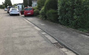 Parkendes Auto in den Vorgarten geschoben