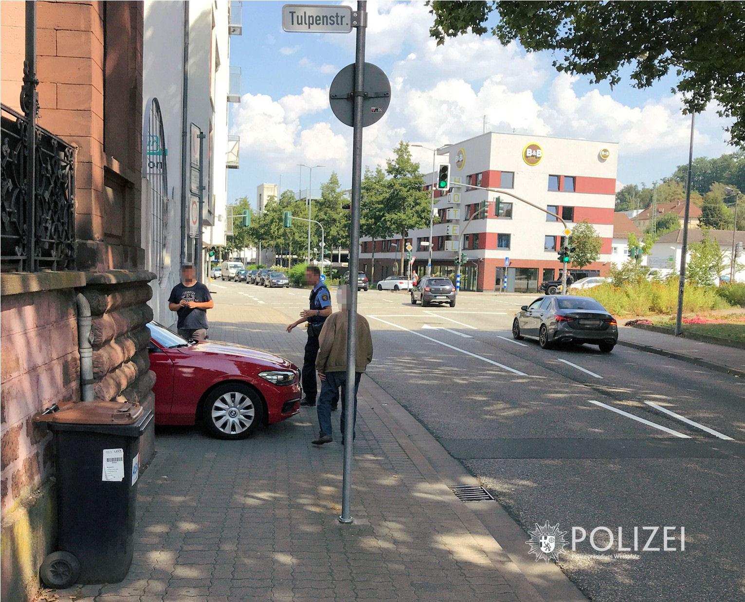 Radfahrer auf Gehweg von Auto erfasst