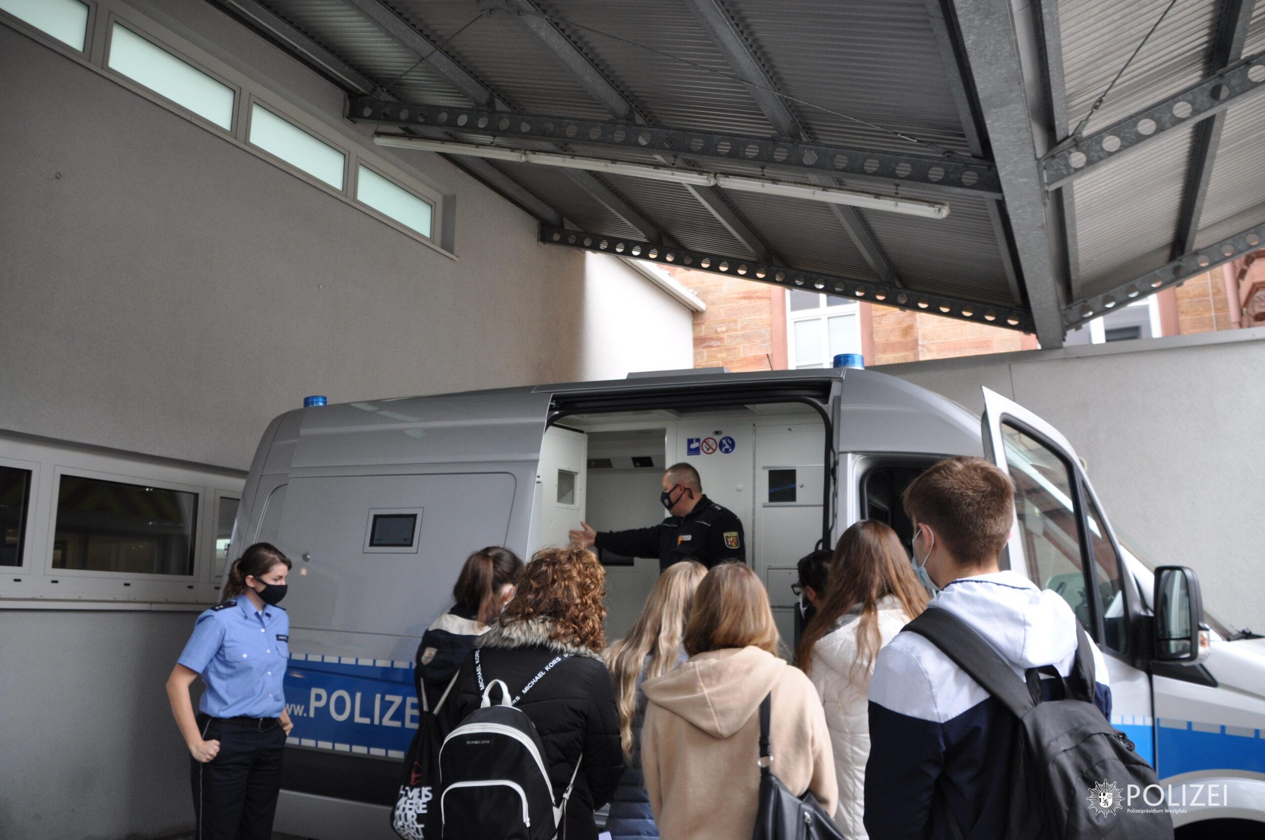 Schülerinnen und Schüler zum Schnuppertag bei der Polizei