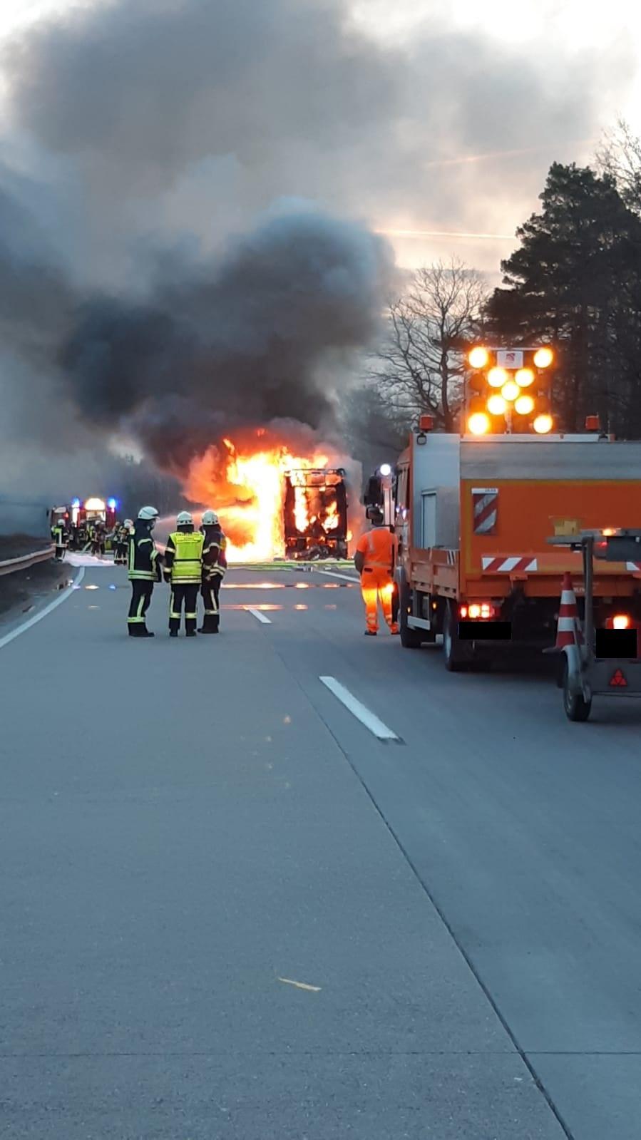 A6/Enkenbach-Alsenborn, Reisebus geht in Flammen auf