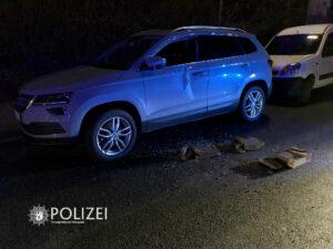 Auto mit Steinen beschädigt