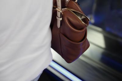 Abgelenkt: Taschendieb lässt sich Wort buchstabieren