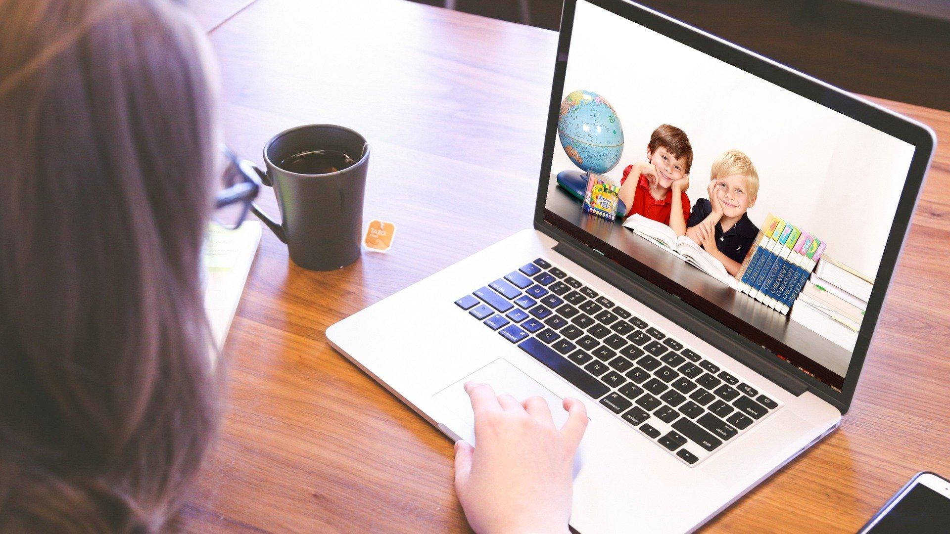 Unbekannter schenkt Kindern Laptops