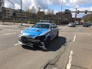 Zusammenstoß mit Polizeiauto