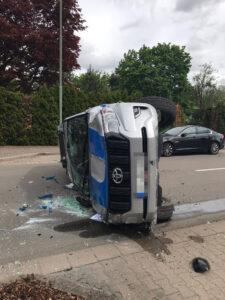 Unfall: Fahrzeug überschlägt sich