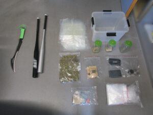 Polizei findet Drogen, Baseballschläger und einen Dolch