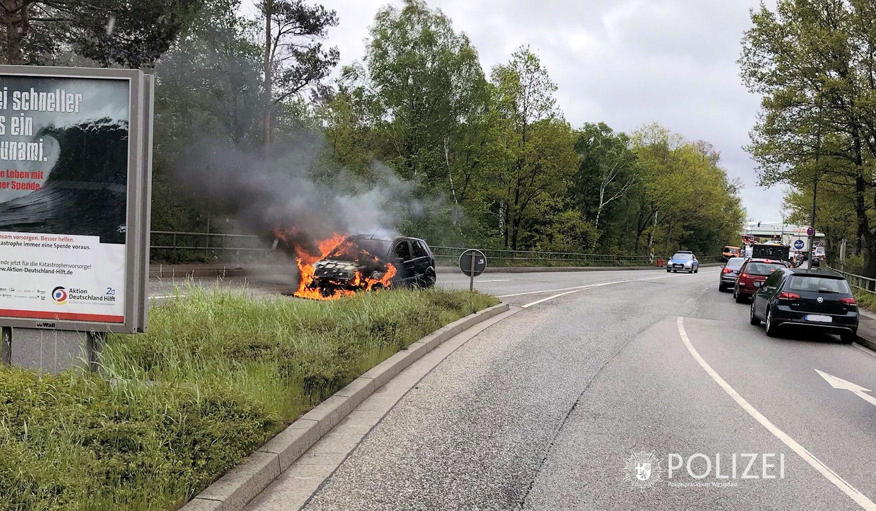 Auto fängt während der Fahrt an zu brennen