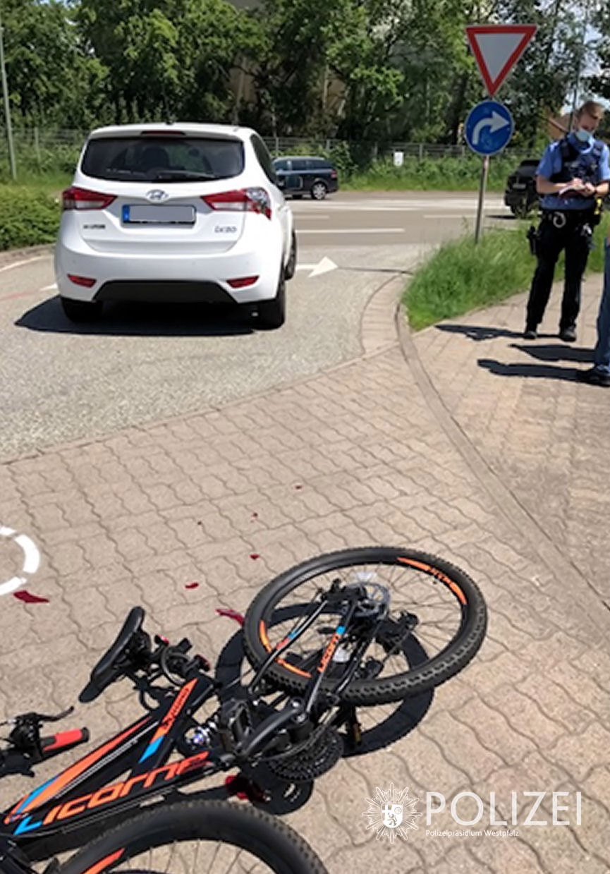 Fahrradfahrer prallt gegen Pkw