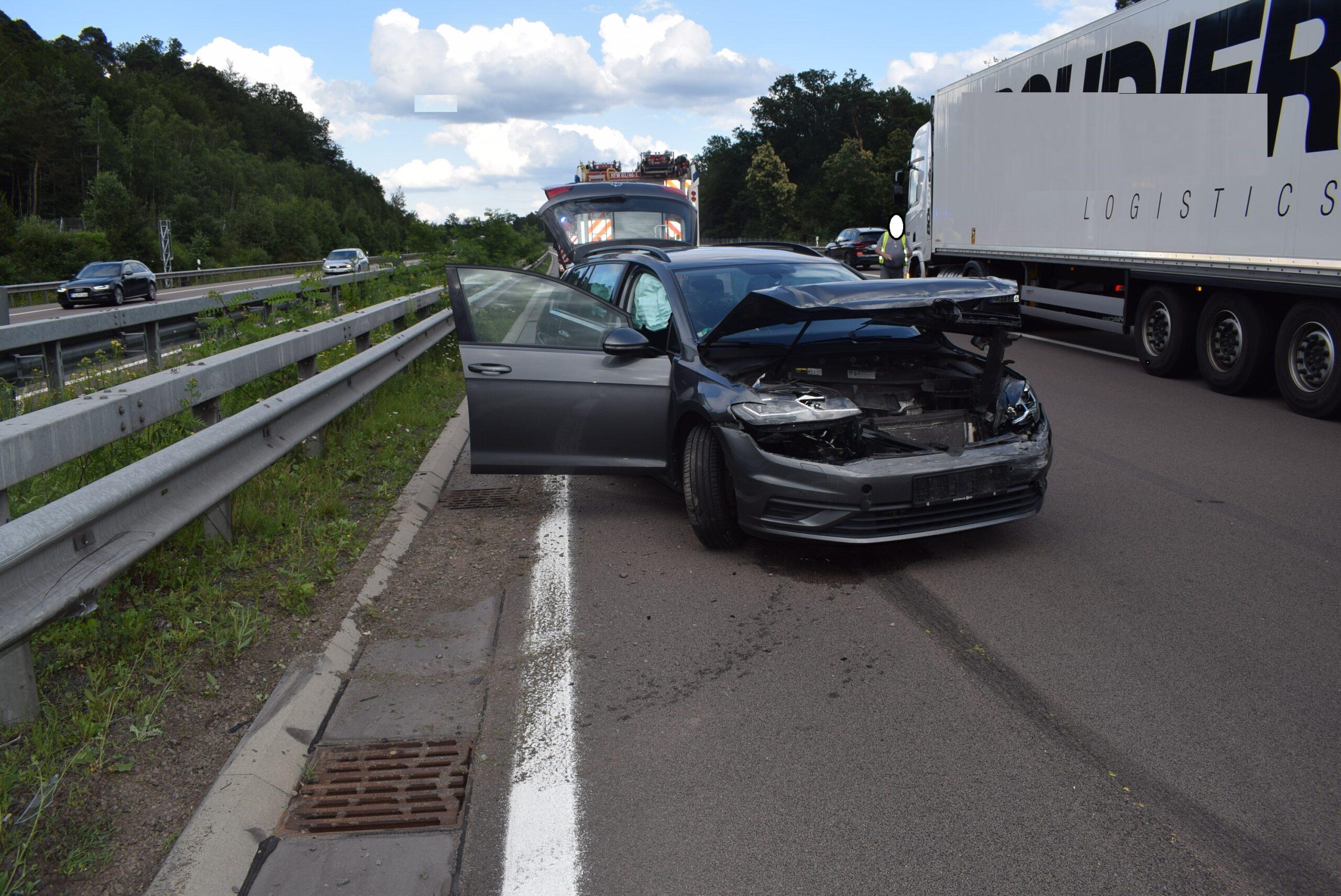 Pkw beim Fahrstreifenwechsel übersehen – Fahrer leicht verletzt