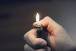Betrunkener hantiert mit Feuerzeug