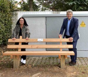 Neue Bank in KL-Erlenbach lädt Wanderer wieder zum Rasten ein